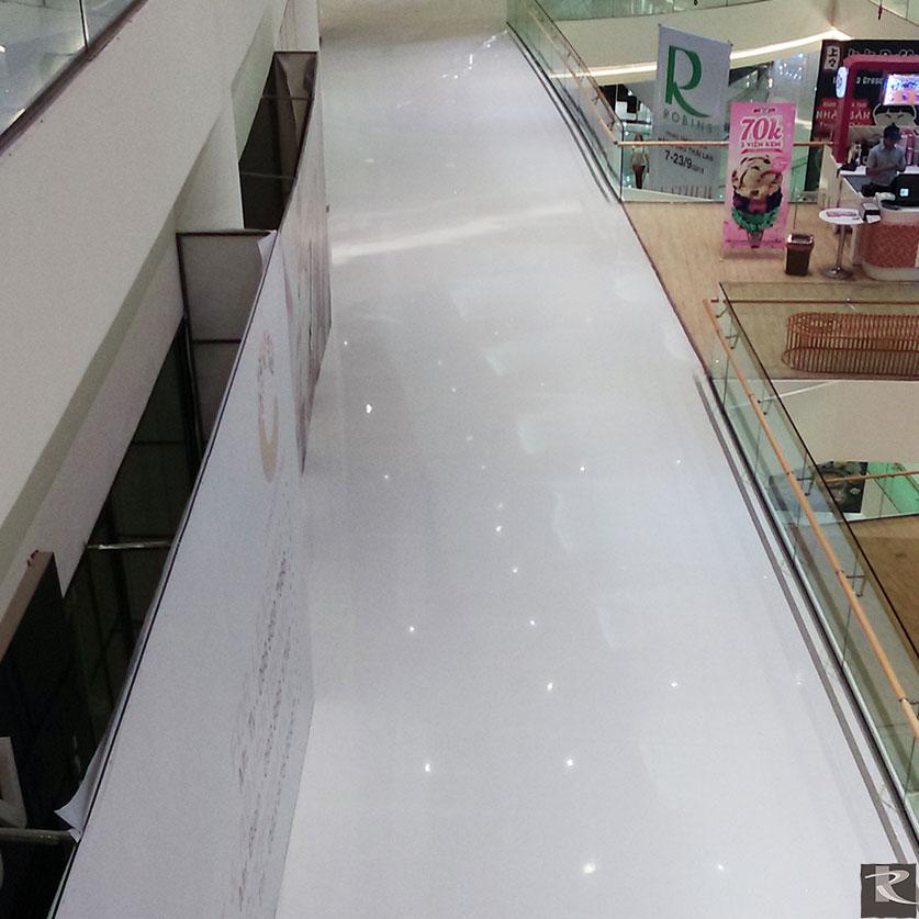 Crecent Mall精選羅馬崗石人造石阿波羅系列,白色主色搭配鏡片般的閃亮效果,創造出明亮舒適的空間感。