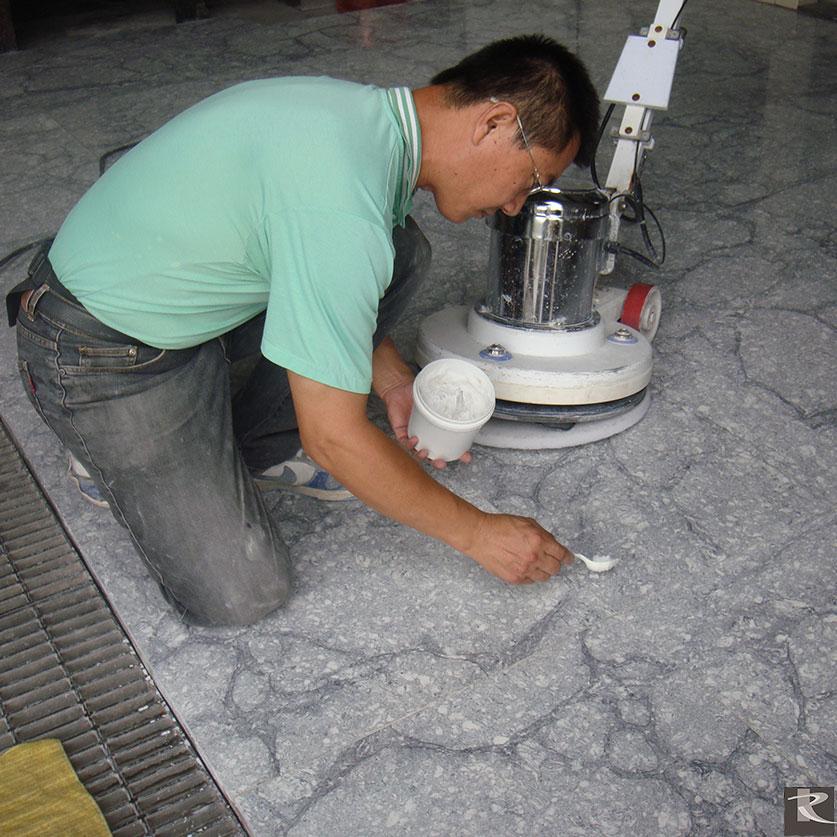 為了達到清潔效果,建議採用清潔效果佳之鹼性物質當原料才不會破壞羅馬崗石人造石和羅馬真石人造石的光澤。