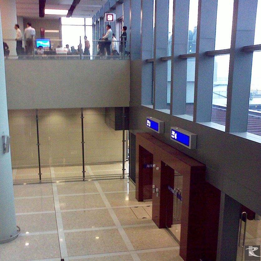 香港機場第二航廈使用的是來自台灣羅馬崗石人造石迪奧系列及蒂雅系列的建材精品