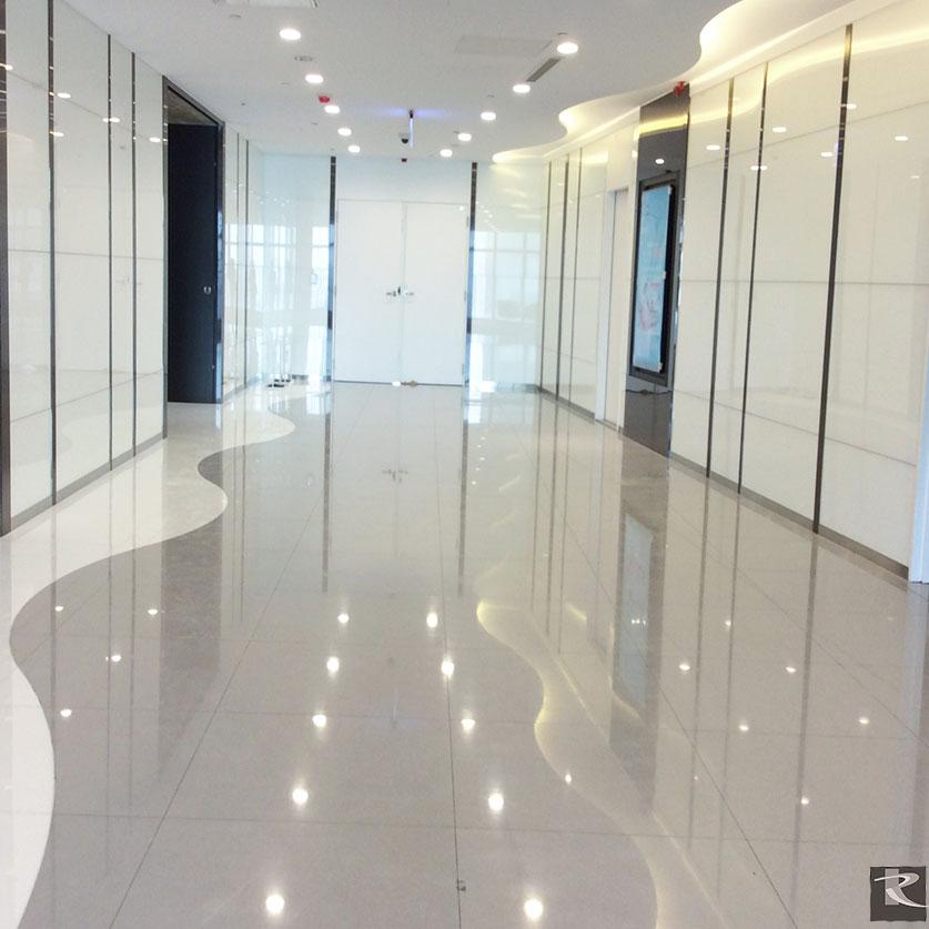 辦公區以白色、淺灰為主調,指定使用羅馬崗石人造石維納斯系列,並利用特殊加工表現立體感。